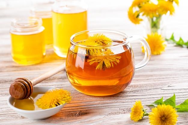 Honig aus löwenzahn und eine tasse tee