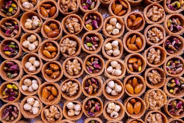 Honig-baklava mit nüssen in form von nestern