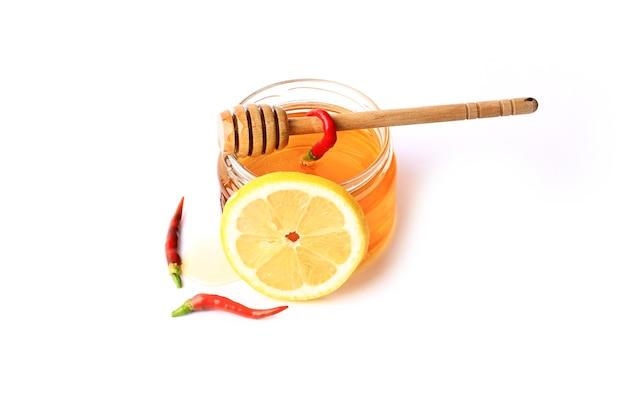 Honig-chili-zitrone isoliert auf weißem hintergrund