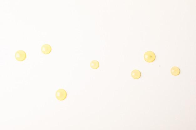 Honig fällt auf weißen hintergrund, platz für text