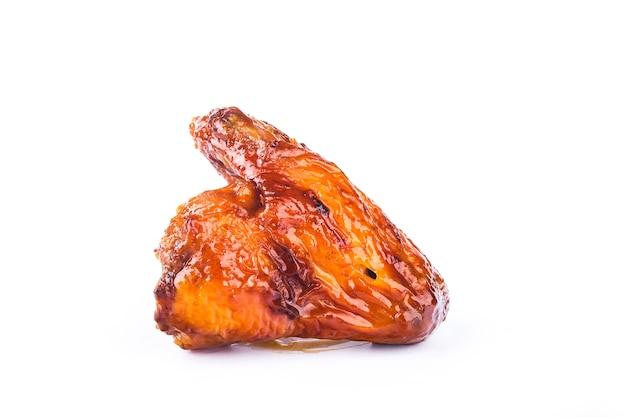 Honig-gekochte hühnerflügel auf weiß
