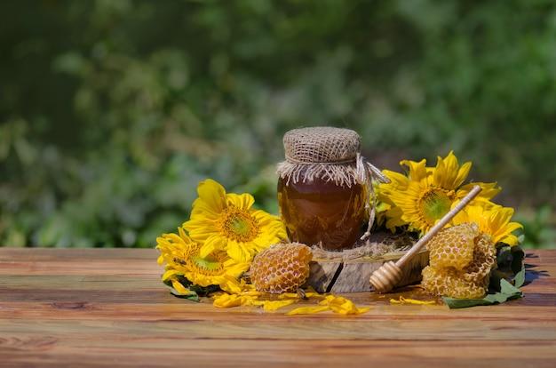 Honig im glas mit bienenfliegen