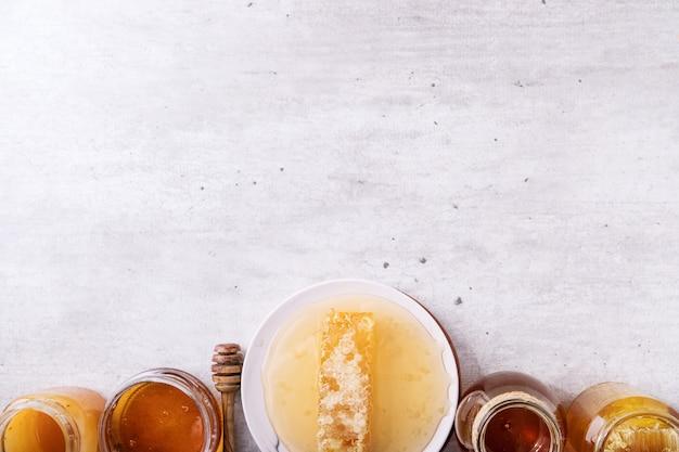 Honig im glas mit bienenwabe