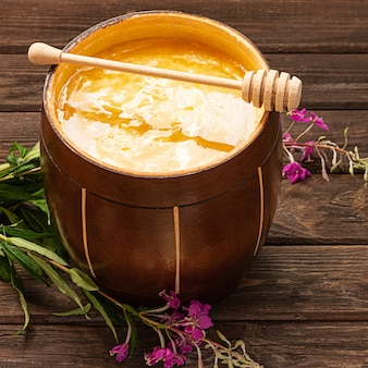 Honig im holzkrug mit honiglöffel Premium Fotos
