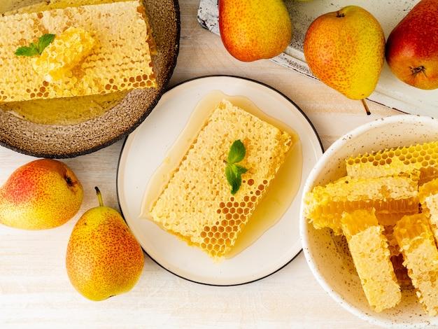 Honig in der bienenwabe, nahaufnahme, auf brauner keramischer platte