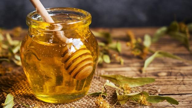 Honig in einem glas auf dem tisch