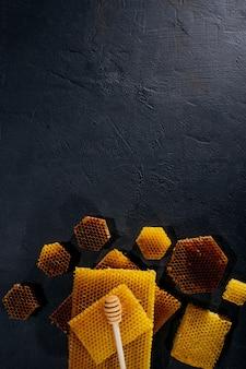 Honig in einem glas und einer wabe