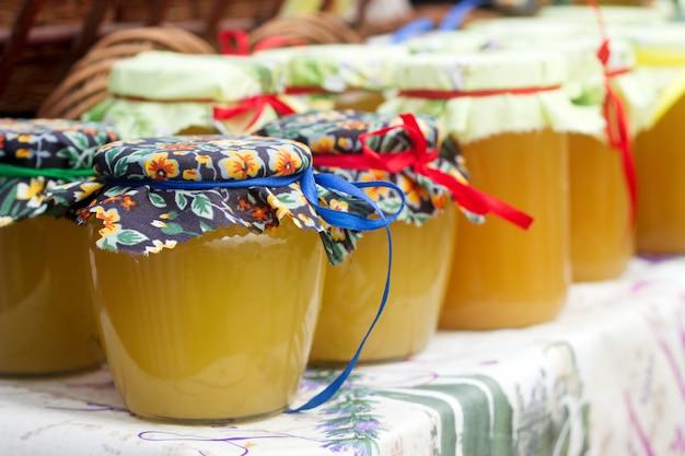 Honig in gläsern auf einer landwirtschaftlichen ausstellung.
