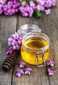 Honig mit akazienblüten