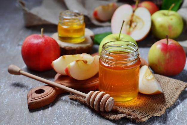 Honig mit apfel für rosh hashana, jüdisches neujahr