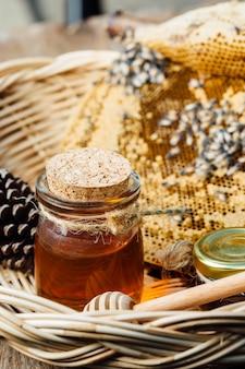 Honig mit bienenwabe im korb