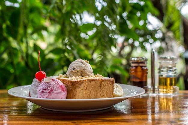 Honig toast mit eis und obst mit schokoladensirup und honig gekrönt