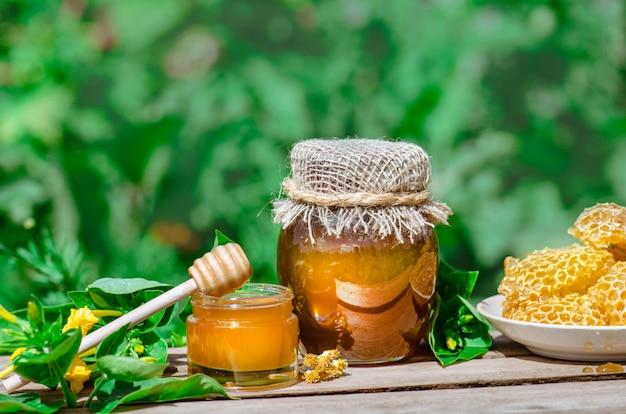 Honig tropft vom honigschöpflöffel. verschiedene honigsorten. gesunder bio-honig