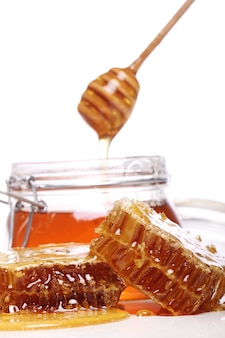 Honig tropft von einem holzlöffel