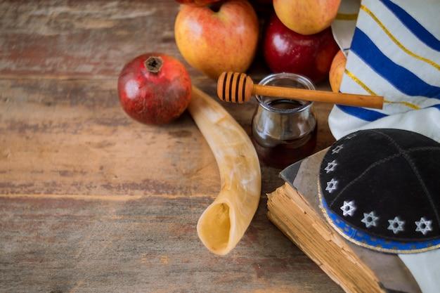 Honig und äpfel am jüdischen feiertag rosh hashanah torah buch, kippah ein yamolka talit