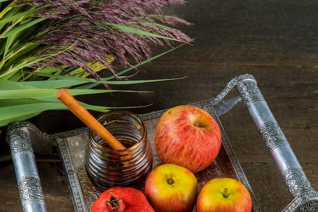 Honig und äpfel am jüdischen feiertag rosh hashanah torah buch