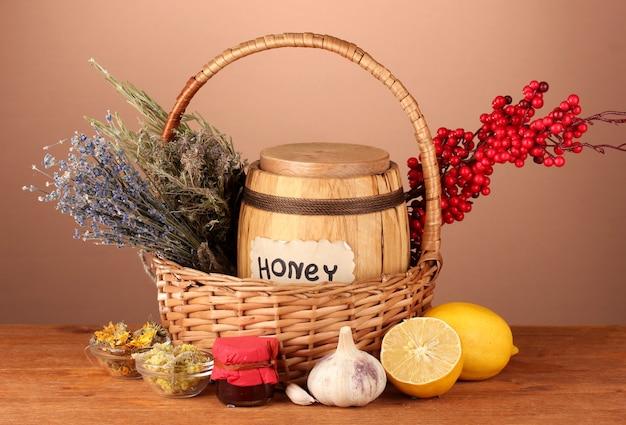 Honig und andere naturheilmittel für wintergrippe, auf holztisch