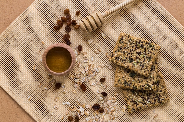Honig und kekse auf leinenserviette