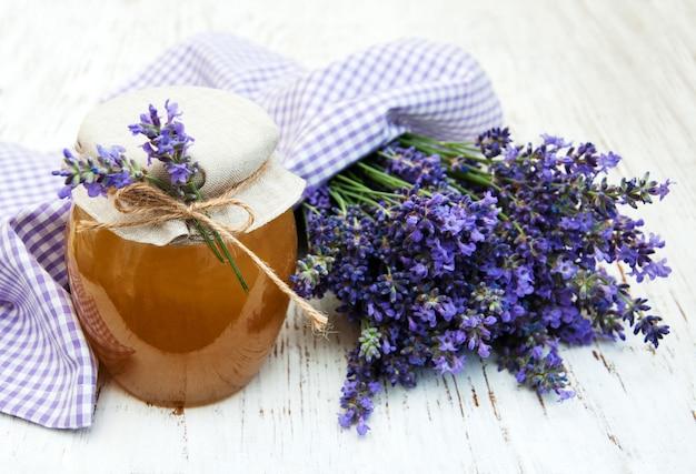 Honig und lavendelblüten