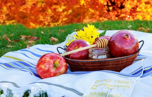 Honig und obst traditionelles essen des jüdischen neujahrs