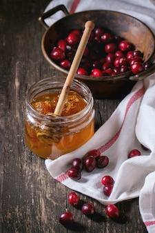 Honig und preiselbeeren