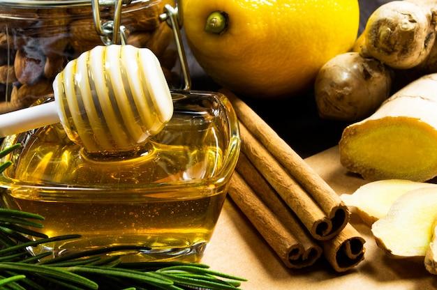 Honig, zitrone, ingwer und zimt