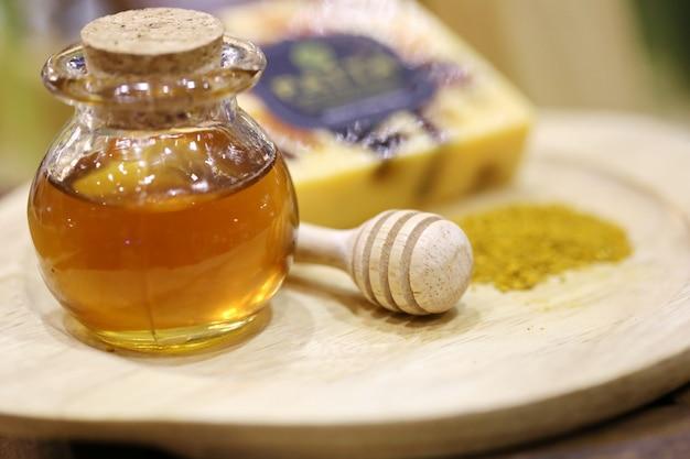 Honigglas, frischer honig und blütenpollen