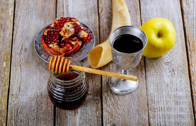 Honigglas mit äpfeln rosh hashana hebräischer religiöser feiertag