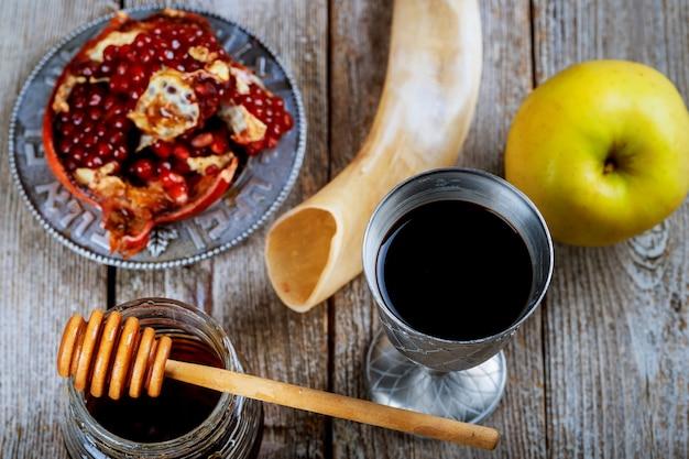 Honigglas mit hebräischem religiösem feiertag der äpfel rosh hashana
