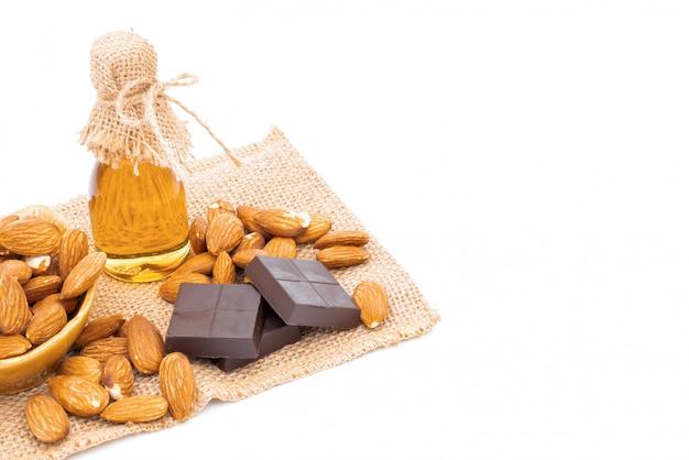 Honigglas schokolade und mandeln auf weiß