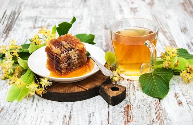 Honigkamm, tee und lindenblüten