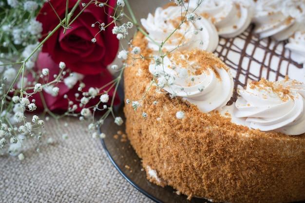 Honigkuchen mit blumen und tee auf dem tisch