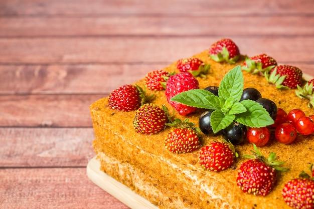 Honigkuchen mit erdbeeren, minze und johannisbeeren