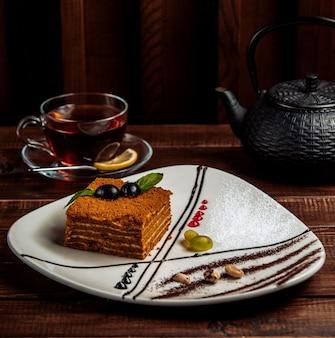 Honigkuchen mit schwarzem tee