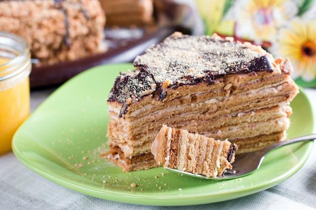 Honigkuchen mit vanillecreme (russischer honigkuchen medovik)