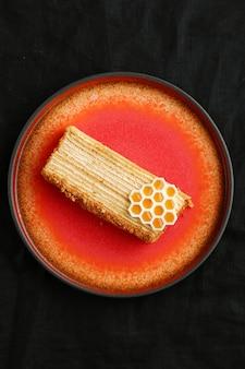 Honigkuchen selektiven fokus. süßer hausgemachter geschichteter honigkuchen auf einem schwarzen tisch.