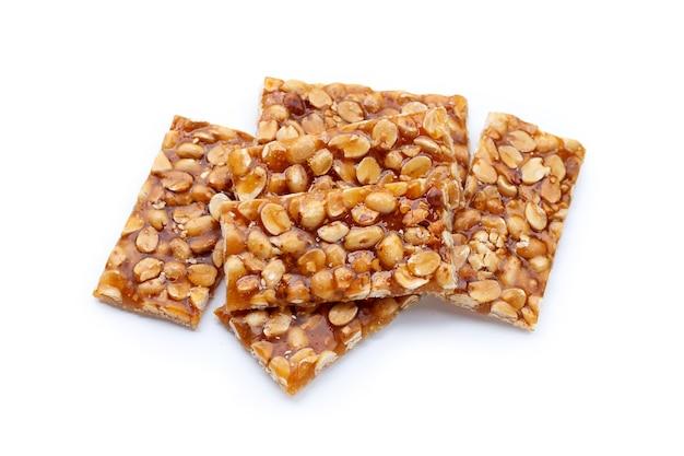 Honigriegel mit erdnüssen auf weißem hintergrund