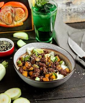 Honigsalat mit gemüse und grün