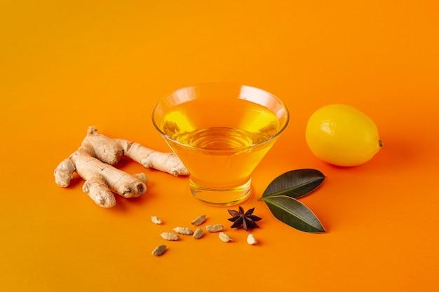 Honigschüssel mit ingwer und zitrone