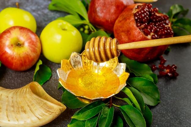 Honigstange mit honig, granatapfel und apfel