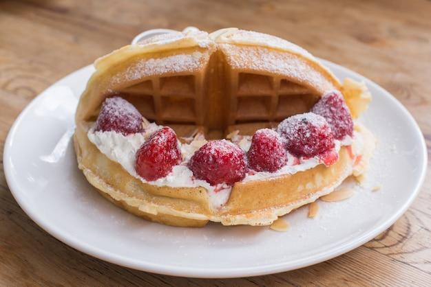Honigtoast mit frischen erdbeeren und eiscreme