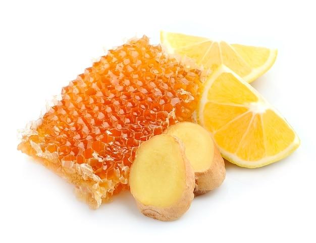 Honigwabe mit zitronen und ingwerwurzel