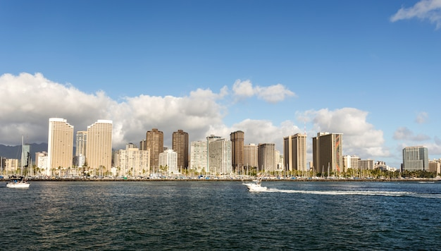 Honolulu-stadtbild mit seeseite