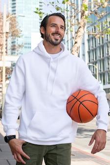 Hoodie auf einem mann mit basketball in der stadt