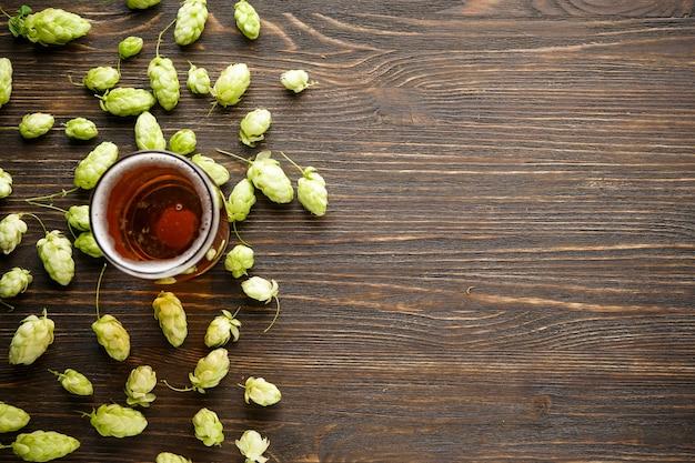 Hopfen und leichtes bier im glasbecher