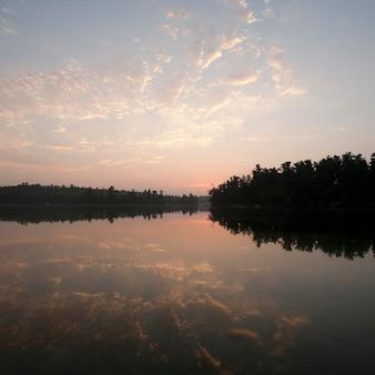 Horizont himmel bei sonnenuntergang im lake of the woods, ontario