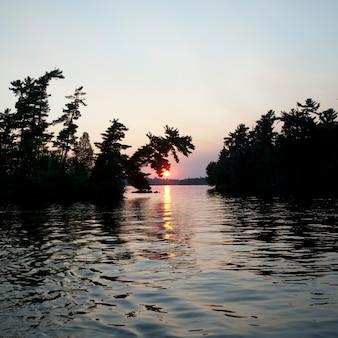 Horizont-himmel in der dämmerung im lake of the woods, ontario