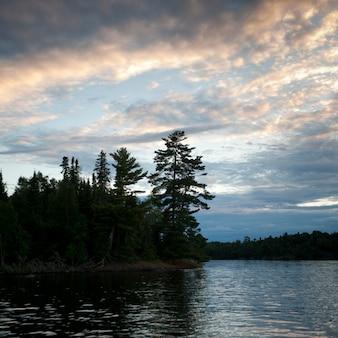Horizont in der dämmerung am lake of the woods, ontario