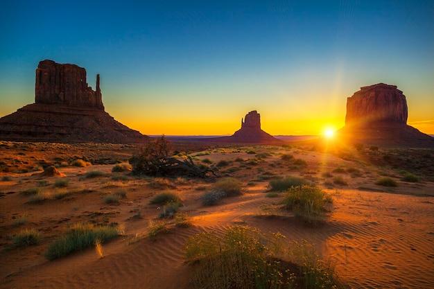 Horizontale ansicht des sonnenaufgangs am monument valley, usa