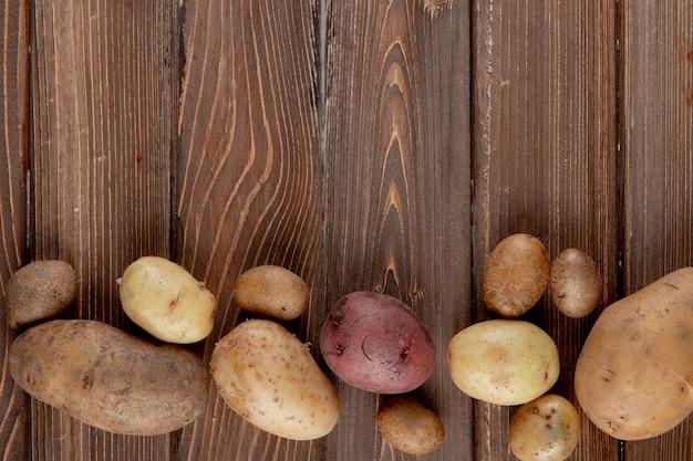 Horizontale ansicht von kartoffeln auf hölzernem hintergrund mit kopienraum 2